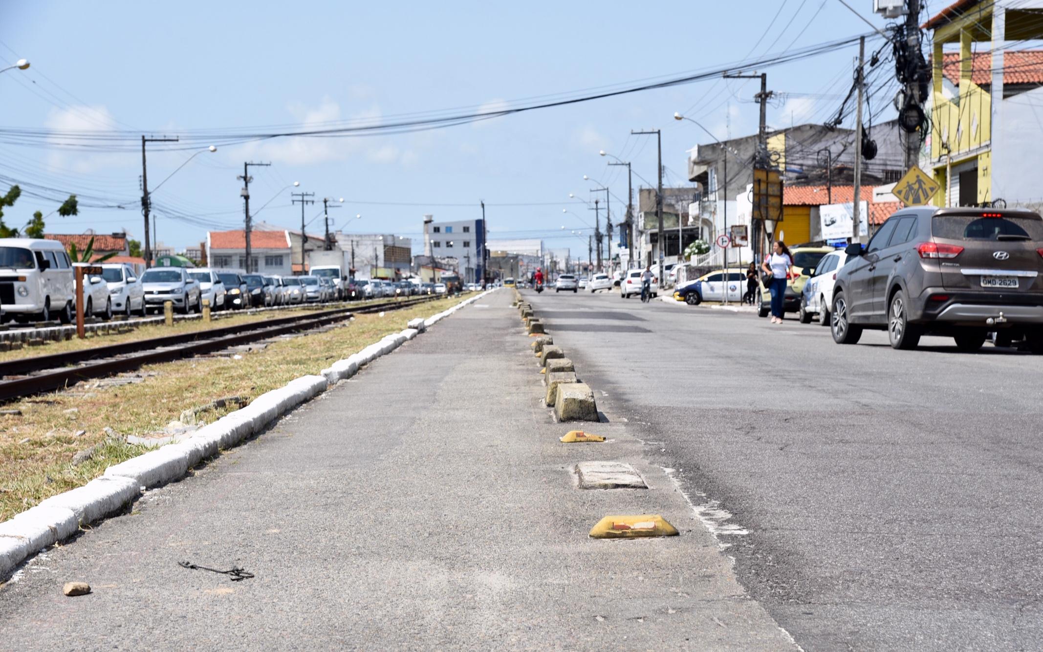 Avenida Augusto Franco, no meio da avenida, trilho de trem, ciclofaixa e avenida